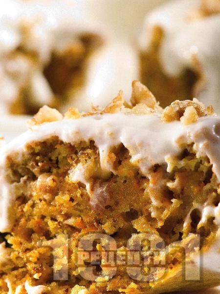 Морковен кейк с орехи и сметана - снимка на рецептата
